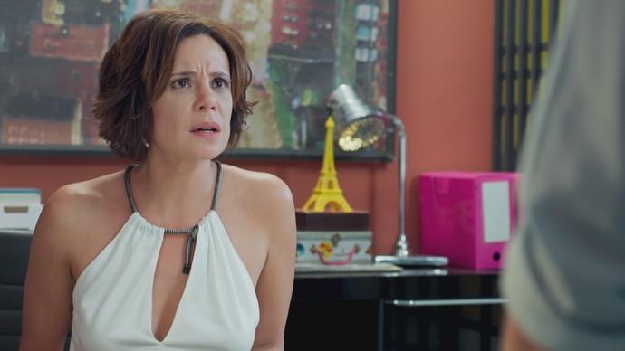 Ana fica chocada com a notícia (Foto: TV Globo)