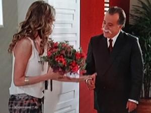 Otávio surpreende Vânia com flores (Foto: Guerra dos Sexos/ TV Globo)