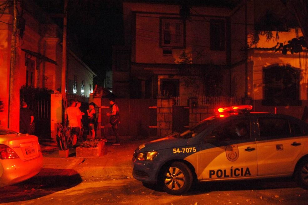 Movimentação policial em Humaitá, no Rio de Janeiro (RJ). Um policial civil foi preso na noite de domingo (8) suspeito de matar a própria irmã, que também era policial, a tiros após uma briga dentro de casa. O desentendimento foi motivado por uma discussão envolvendo o inventário de uma casa da família (Foto: Alessandro Buzas/Futura Press/Estadão Conteúdo)