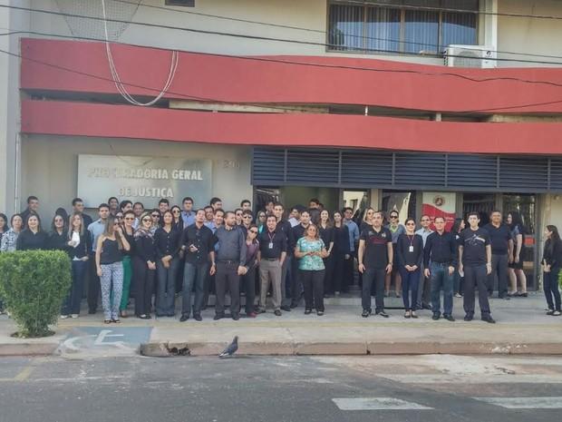 Vestidos de preto os servidores protestaram na porta da Procuradoria Geral de Justiça (Foto: Sindsemp / Divulgação)