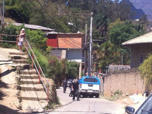 Polícia busca fugitivo algemado em Petrópolis (Foto: Karen de Souza/Inter TV)