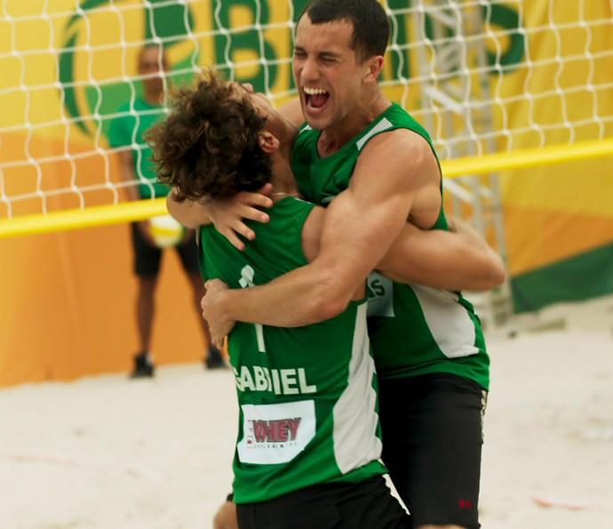 Gabriel e Giovane comemoram vitória! (Foto: TV Globo)