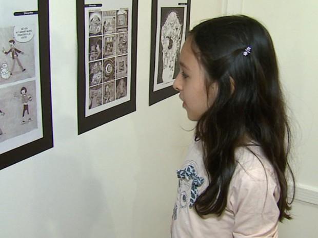 Iza aprovou as ilustrações da mostra no Centro Cultural da USP (Foto: Felipe Lazzarotto/EPTV)