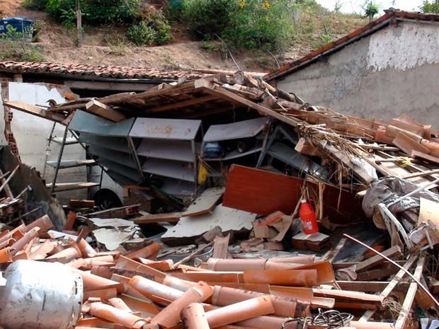 Residência em Lajedinho ficou destruída depois da chuva no último sábado (7) (Foto: Ruan Melo/G1)
