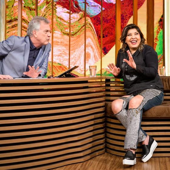 Pedro Bial recebe Roberta Miranda em seu programa. A cantora relembrou a infância pobre e se emocionou  (Foto: Divulgação/ Rede Globo)