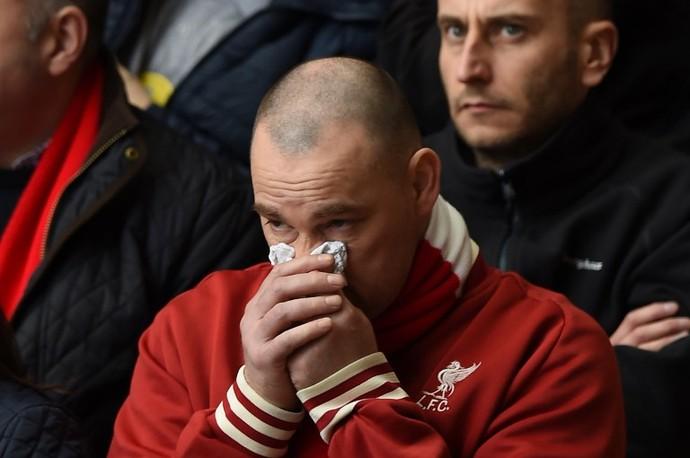 Torcedor em Anfield se emociona durante aniversário do desastre de Hillsborough (Foto: AFP)