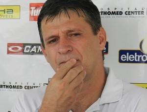 Welington Fajardo, técnico do Uberlândia, tem dúvidas sobre a escalação para a partida contra o Funorte (Foto: Felipe Santos / GLOBOESPORTE.COM)