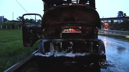 Caminhão pega fogo após bater em motocicleta em rodovia de Araçatuba