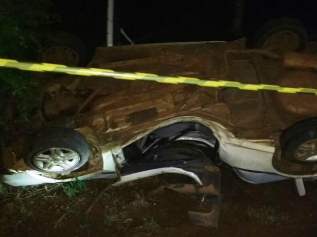 Carro bateu em árvore e capotou em Pinhalzinho, SC (Foto: bombeiros de Pinhalzinho/Divulgação)