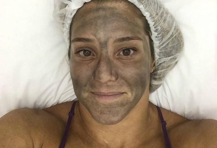 Juliana nega ser vaidosa, mas faz tratamento para a pele sempre que pode (Foto: Reprodução)