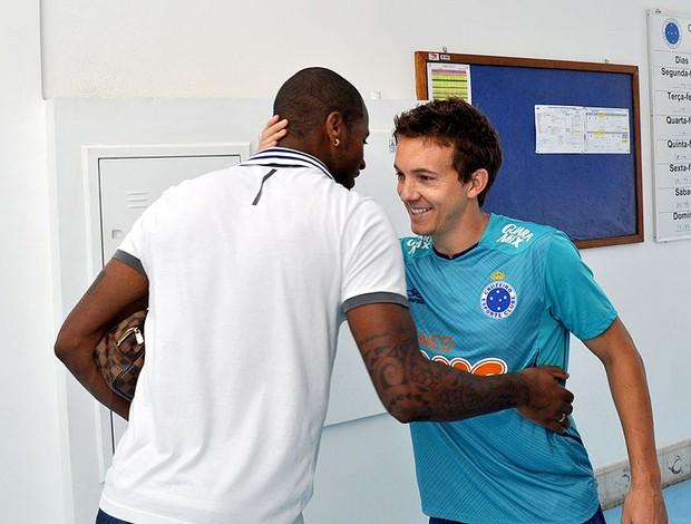 Dagoberto recebe Dedé Cruzeiro (Foto: Divulgação / Cruzeiro)