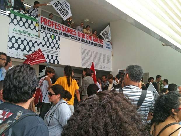 Professores e estudantes em frente á Associação dos Docentes da UnB no final da manhã desta segunda-feira (20) (Foto: Raquel Morais/G1)