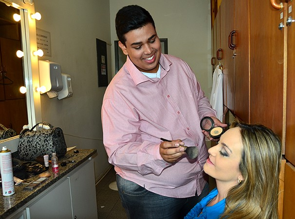 A apresentadora Vivian Padovan sendo maquiada por João Vitor (Foto: Marketing / TV Fronteira)