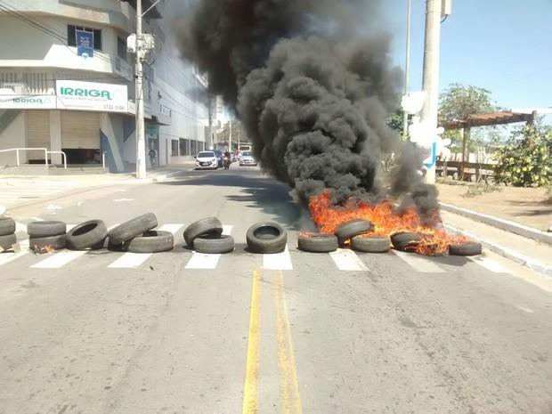 Pneus com fogos foram colocados na pista (Foto: Gabriela Fardin/ TV Gazeta)