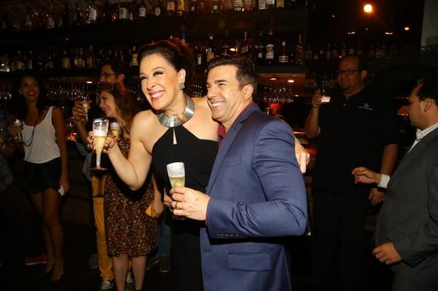 Claudia Raia e Jarbas Homem de Mello brindam em estreia vip (Foto: Marcello Sá Barretto e Henrique Oliveira/ AgNews)