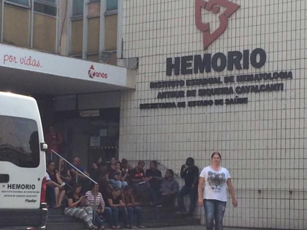 Funcionários terceirizados do Hemorio paralisaram as atividades após dois meses sem receber salário (Foto: Alba Valéria Mendonça/ G1)
