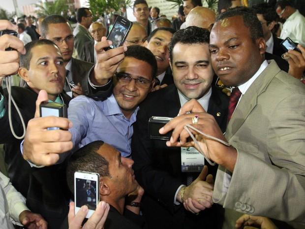 O deputado Marco Feliciano (PSC-  SP),  presidente da Comissão de Direitos Humanos da Câmara dos Deputados, é assediado por fiéis durante a Convenção Geral das Assembleias de Deus no Brasil, em Brasília, nesta quinta (11). (Foto: André Dusek/Estadão Conteúdo)
