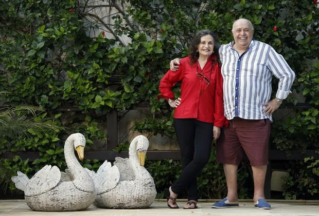 Mauro Mendonça e Rosamaria Murtinho, casados há 57 anos, posam no jardim da casa (Foto: Marcos Serra Lima / EGO)