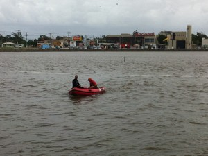 Grupo de Porto Alegre auxilia mergulhadores do Corpo de Bombeiros local (Foto: Giulia Peracchi/RBS TV)