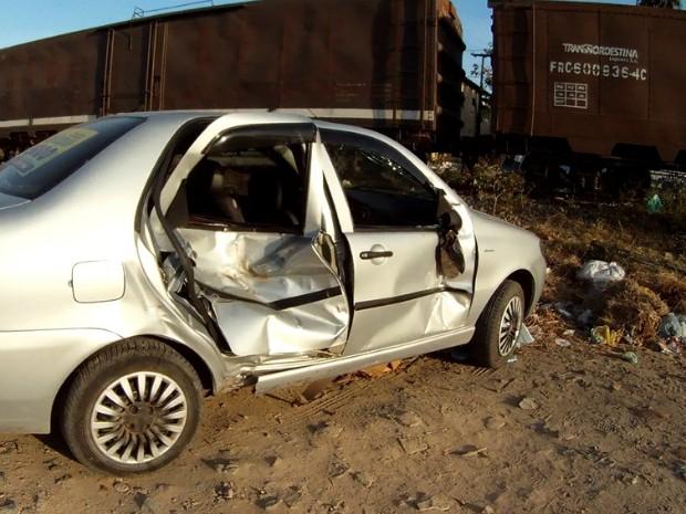 Motorista colide carro com trem ao usar passagem de nível irregular (Foto: TV Verdes Mares/Reprodução)