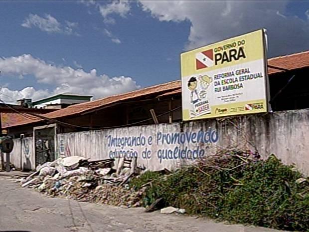 Fachada da Escola Estadual Rui Barbosa acumula o lixo gerado durante a obra de reforma. (Foto: Reprodução/TV Liberal)