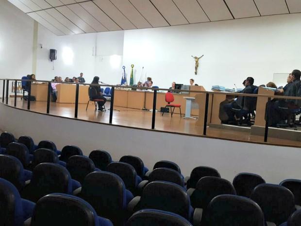 Testemunhas são ouvidas no julgamento de três acusados da morte (Foto: Denise Soares/ G1)