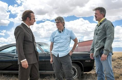 'Better call Saul': Bob Odenkirk,  Peter Gould e Vince Gilligan durante as gravações da série (Foto: Divulgação/Jacob Lewis)