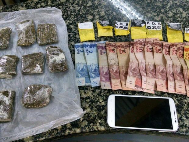 Menor escondia drogas e dinheiro embaixo de paralelepípedo (Foto: Divulgação/ PM)
