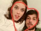 Chay Suede posa com Laura Neiva em rede social: 'Eu e minha gata'