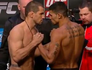 Aaron Simpson encara Ronny Markes na pesagem pelo UFC (Foto: Reprodução/ Youtube)