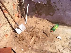 Faca usada no crime estava enterrada na areia.  (Foto: Davidson Fortunato/G1)