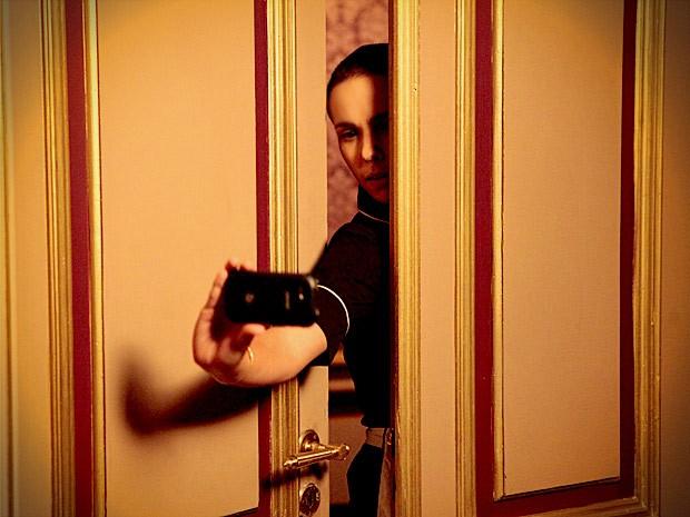 Nina tenta registrar o momento, mas não consegue (Foto: Avenida Brasil / TV Globo)