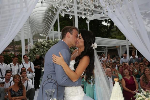 Rogério Padovan e Priscila Ferrari: o beijo dos noivos (Foto: Denilson Santos e Raphael Castello/AgNews)