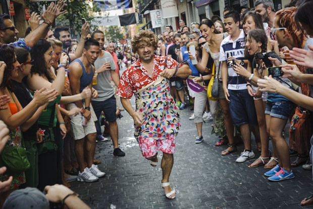 Homens travestidos correm em evento da parada gay espanhola. (Foto: Daniel Ochoa de Olza/AP)