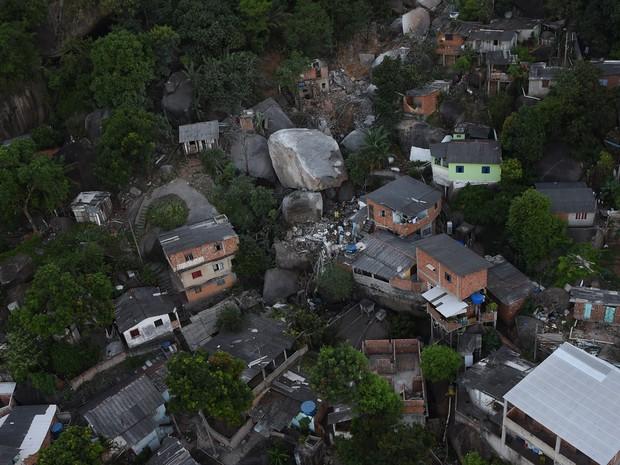 Pedra atingiu casas no Morro da Boa Vista, em Vila Velha, Espírito Santo (Foto: Fred Loureiro/ Secom-ES)