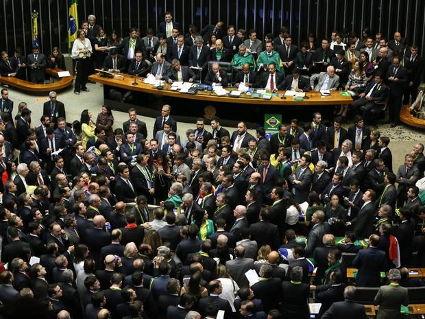 Deputados votam durante sessão que decide prosseguimento ou não do processo de impeachment da presidente Dilma Rousseff no plenário da Câmara dos Deputados, em Brasília (Foto: Marcelo Camargo/Agência Brasil)