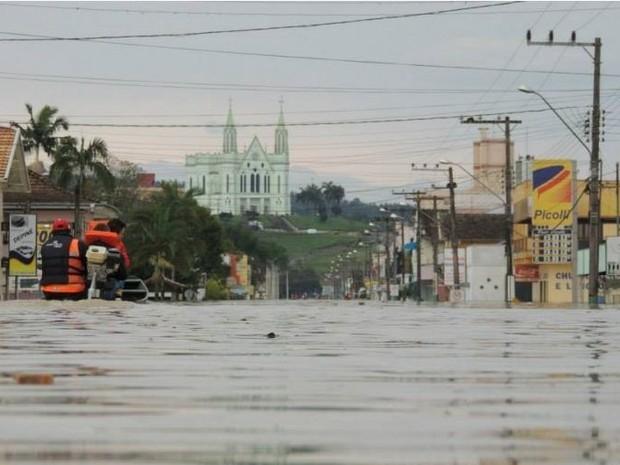 Cidade de Rio do Oeste, no Vale do Itajaí, continua alagada nesta quarta-feira (25) (Foto: Angelo Ronchi/AVN)