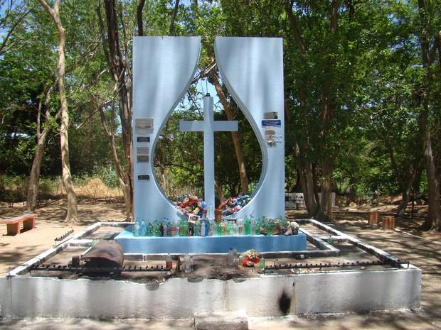 Um monumento foi construído no local onde Gregório dos Santos morreu (Foto: Gilcilene Araújo/G1)