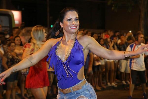Dani Sperle abusa de decote e samba muito em ensaio de rua no Rio