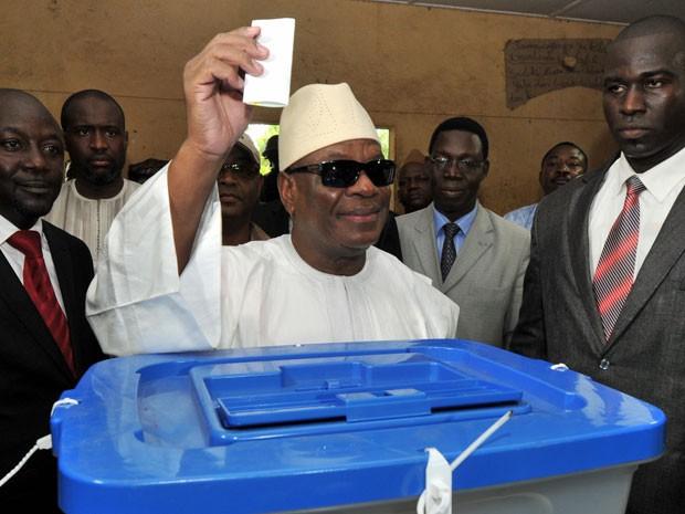 Candidato a presidência, Ibrahim Boubacar Keita votou em Bamako (Foto: Issouf Sanogo/AFP)