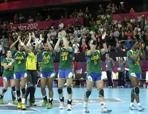 As brasileiras da seleção de handebol celebram a vitória por 29 a 26 sobre Angola na última partida das classificatórias pelo Grupo A  (Foto: EFE)
