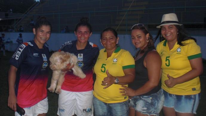 """Gabi """"Cearense"""" com família após reencontro com o Juventus pela Copa do Brasil Feminina  (Foto: Thaís Jorge)"""