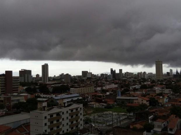 Tempo nublado em Fortaleza na manhã desta segunda-feira (20) (Foto: Danniel Monteiro/Arquivo Pessoal)