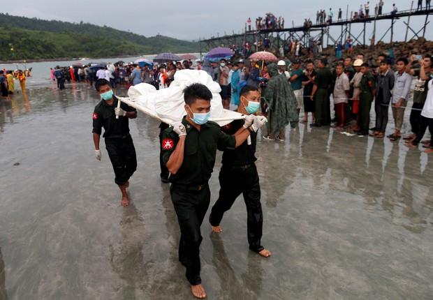 Soldados carregam corpos na cidade de Laung Lone (Foto: Soe Zeya Tun/Reuters)