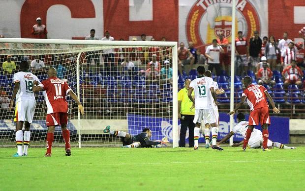 Goleiro do Sampaio segura a bola, mas a assistente marca gol do CRB (Foto: Ailton Cruz/ Gazeta de Alagoas)