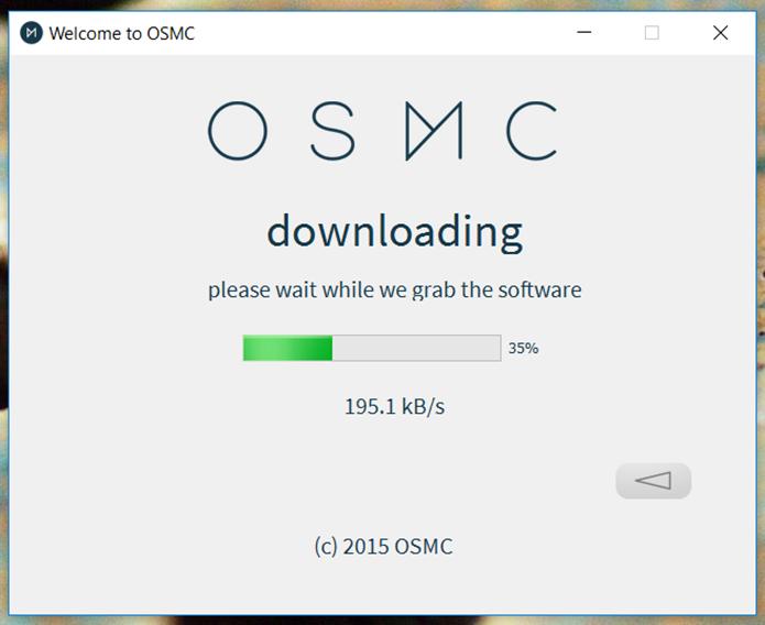 Aguarde o download do OSMC no cartão de memória (Foto: Reprodução/Filipe Garrett)