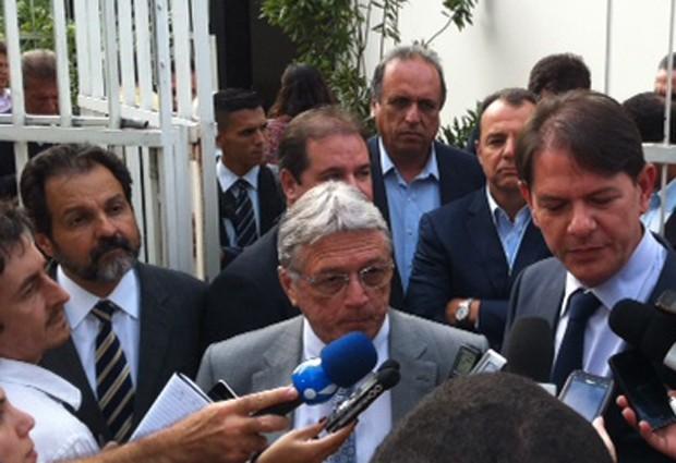 Os governadores Agnelo Queiroz (à esq.), Teotônio Vilela Filho (centro), Sérgio Cabral e Cid Gomes, em visita a Lula (Foto: Roney Domingos/G1)
