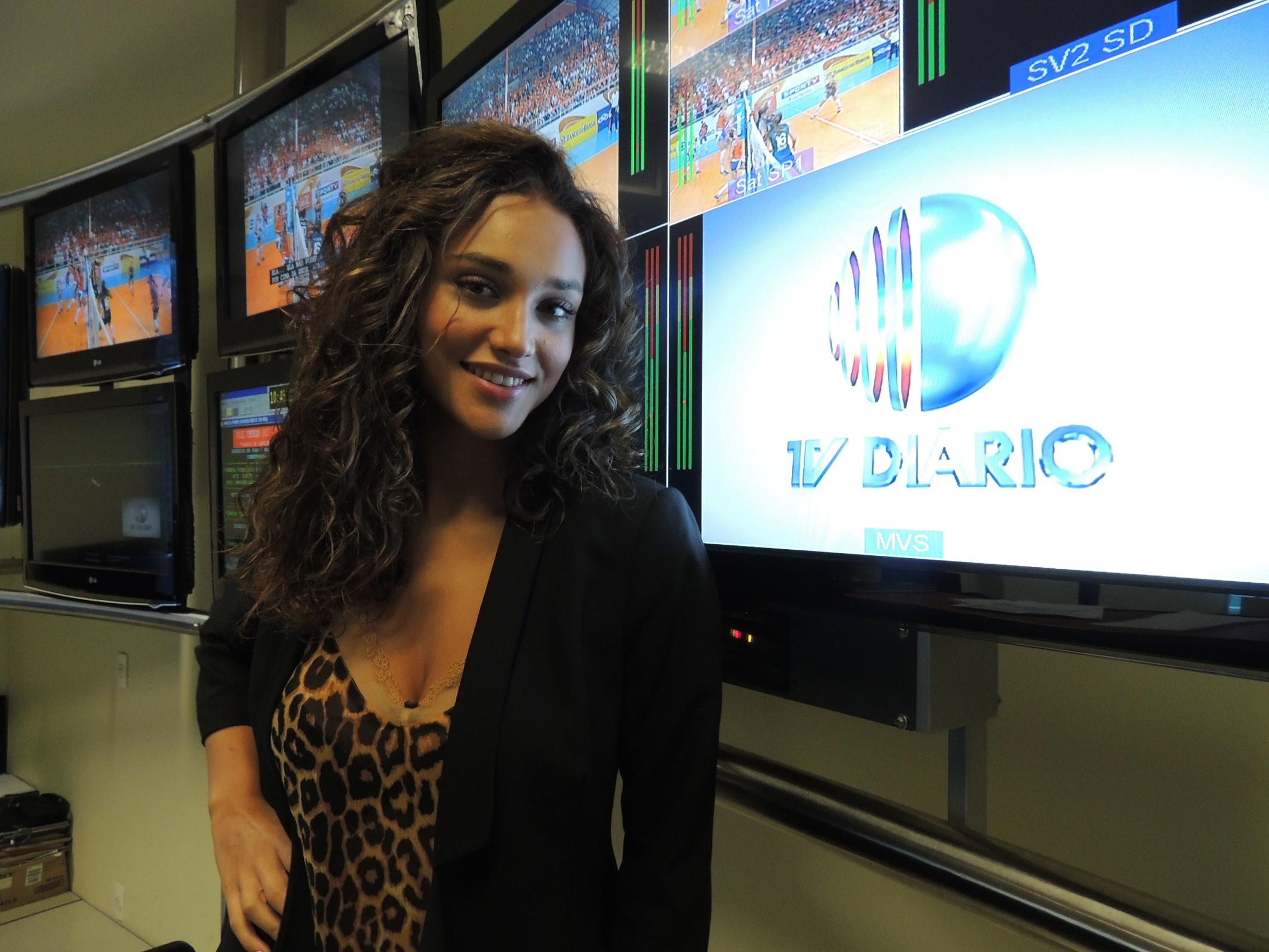 Atriz Débora Nascimento visita TV Diário (Foto: Reprodução / TV Diário)