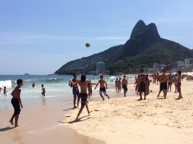 Praia na sexta-feira de carnaval (Foto: José Raphael Berredo/G1)