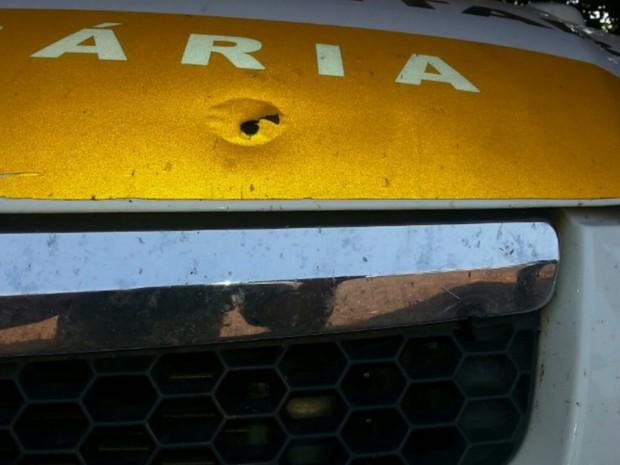 Carro da PM ficou com marcas dos disparos, em Goiás (Foto: Divulgação/Polícia Militar)
